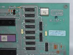 Het logo van de Commodore KIM-1, inclusief een opmerking van een reparatie.