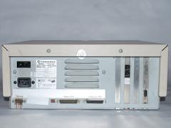 Achterzijde van de Commodore PC 30-III computer.