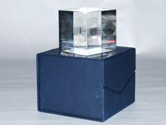 Ein Glaswürfel, um 25 Jahre Commodore zu ehren.