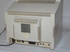 De achterzijde van de Commodore 1081 monitor met diverse aansluitingen.