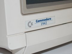 The logo of the Commodore 1942 monitor.