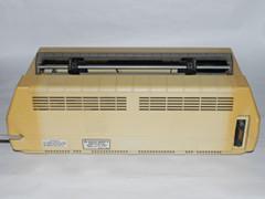 Hintere Ansicht vom Commodore 8023P Drucker.